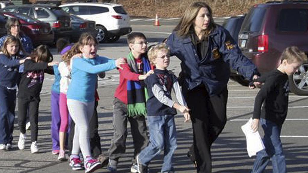 Učitelka odvádí děti do bezpečí