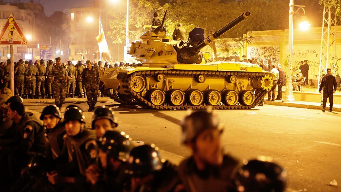 Egyptští vojáci před prezidentským palácem