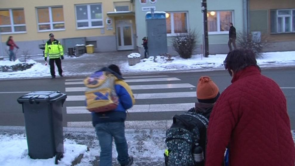 Strážníci ráno hlídkují u škol