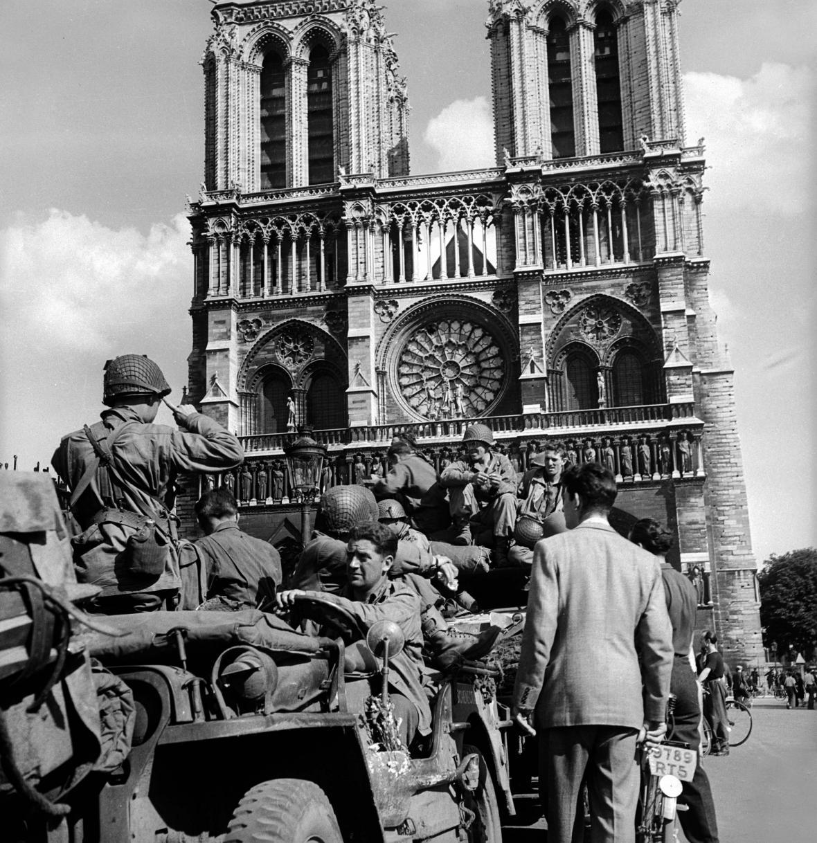 Rok 1944 - Američtí vojáci před Notre-Dame