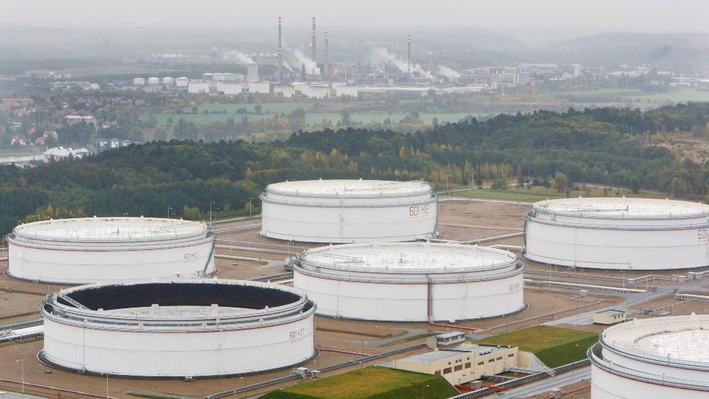 Mero v několika obřích nádržích u Kralup nad Vltavou drží strategické zásoby ropy až na sto dní