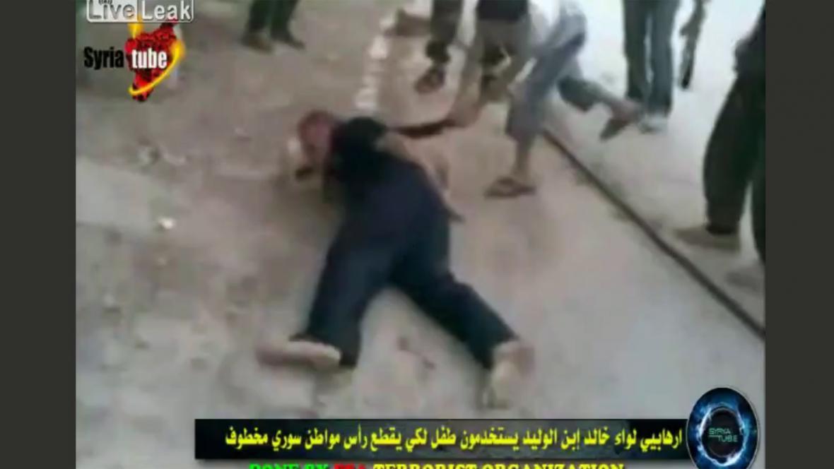 Syrský chlapec stíná mačetou muže