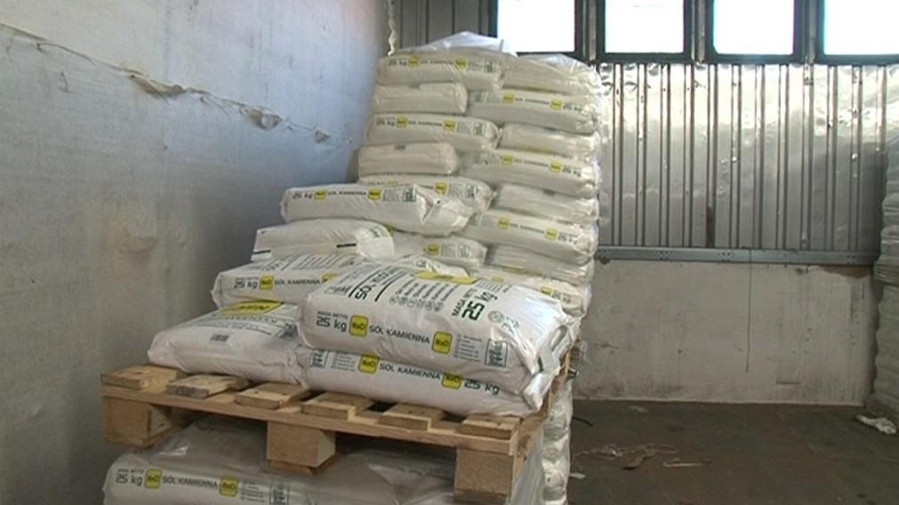 Posypová sůl není příliš ekologická, ale stále se používá