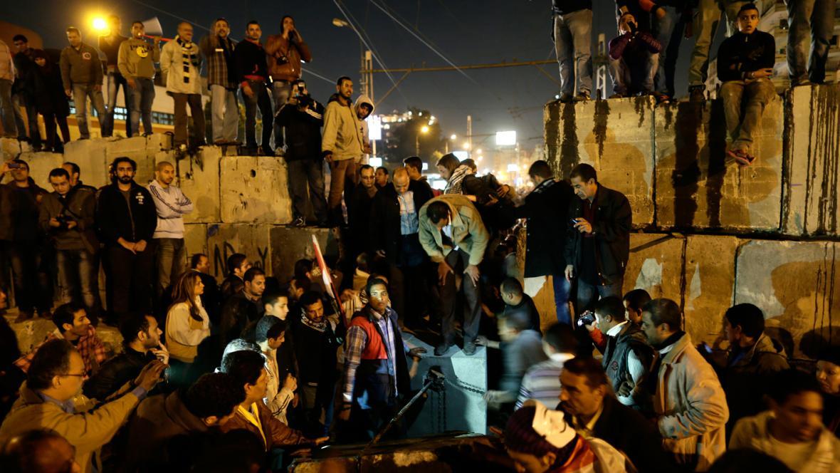 Egyptští demonstranti rozebírají barikádu před prezidentským palácem