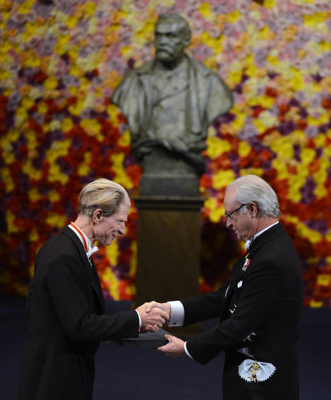 John Gurdon přebírá Nobelovu cenu za lékařství
