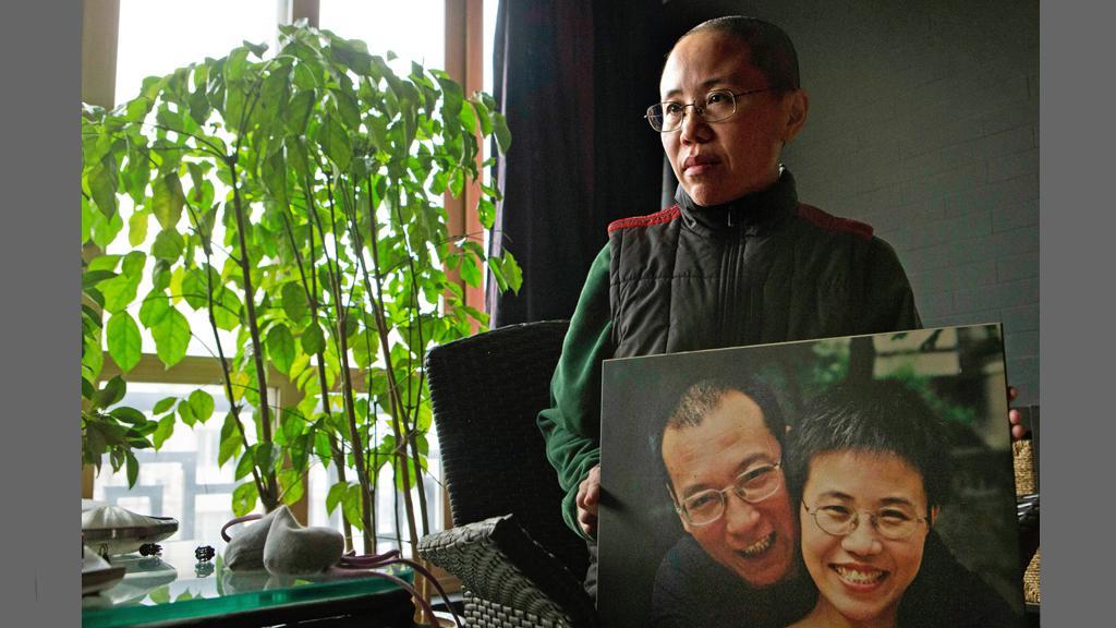 Liou Sia s fotografií svého manžela Lioua Siao-poa