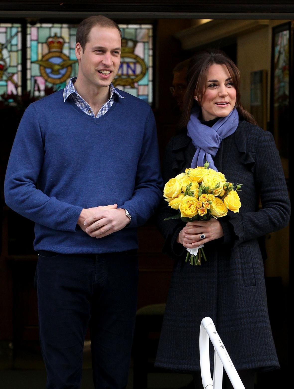 Kate a William odcházejí z nemocnice