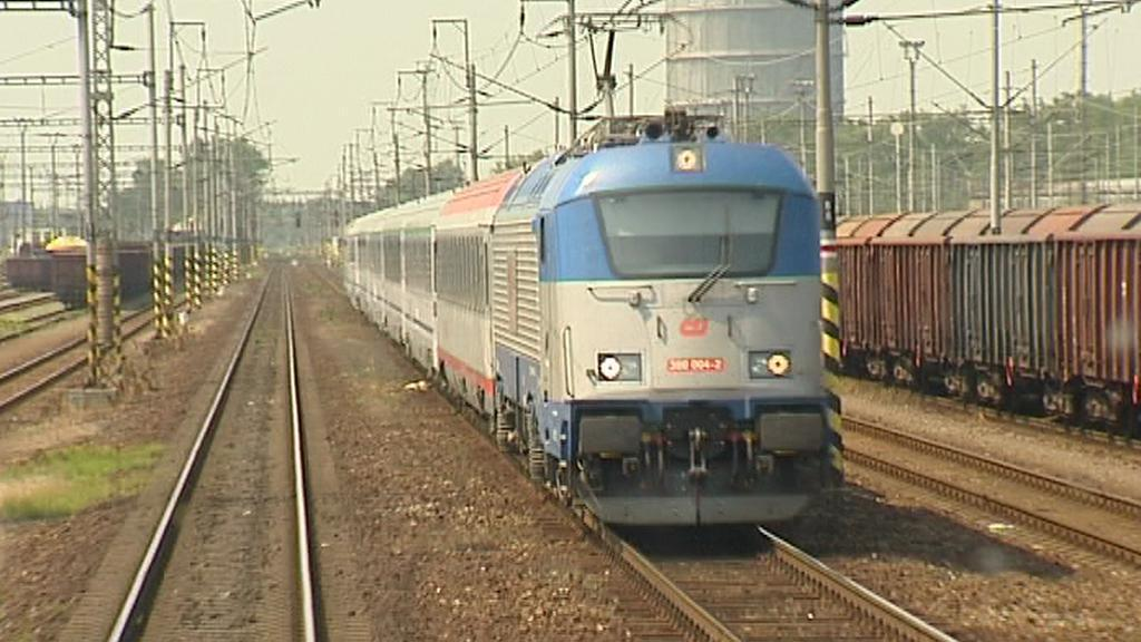 Vlak jedoucí vlevo po trati