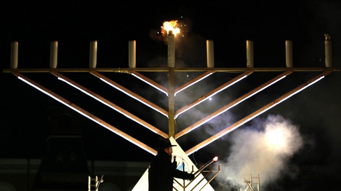 Chanuka - osmiramenný svícen