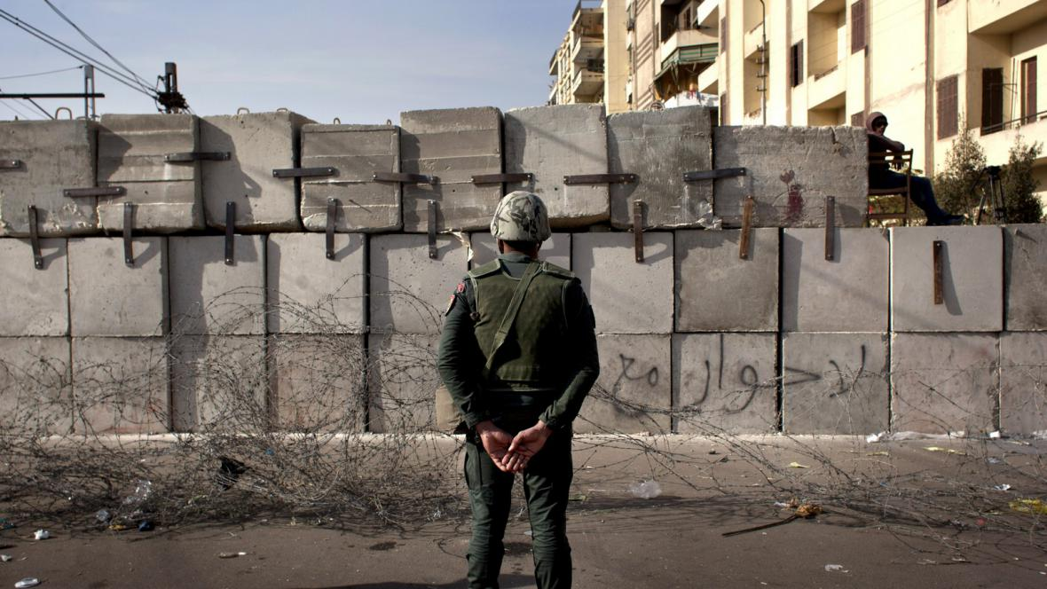 Egyptský voják na stráži před prezidentským palácem