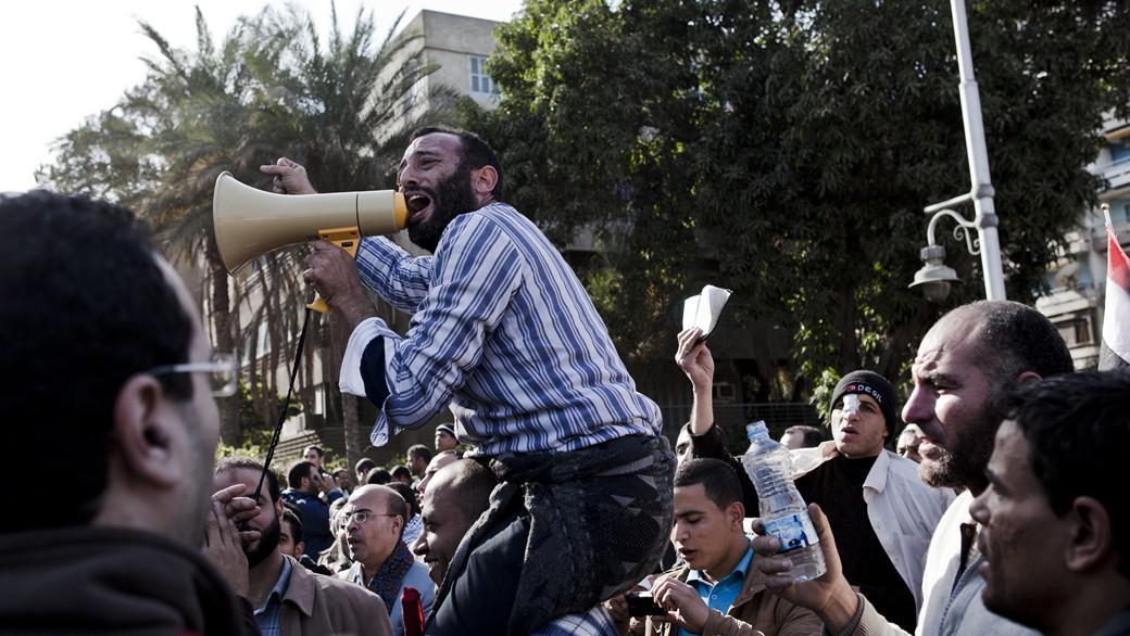 Přívrženec Mursího vede chvalozpěvy na prezidenta po včerejších masakrech