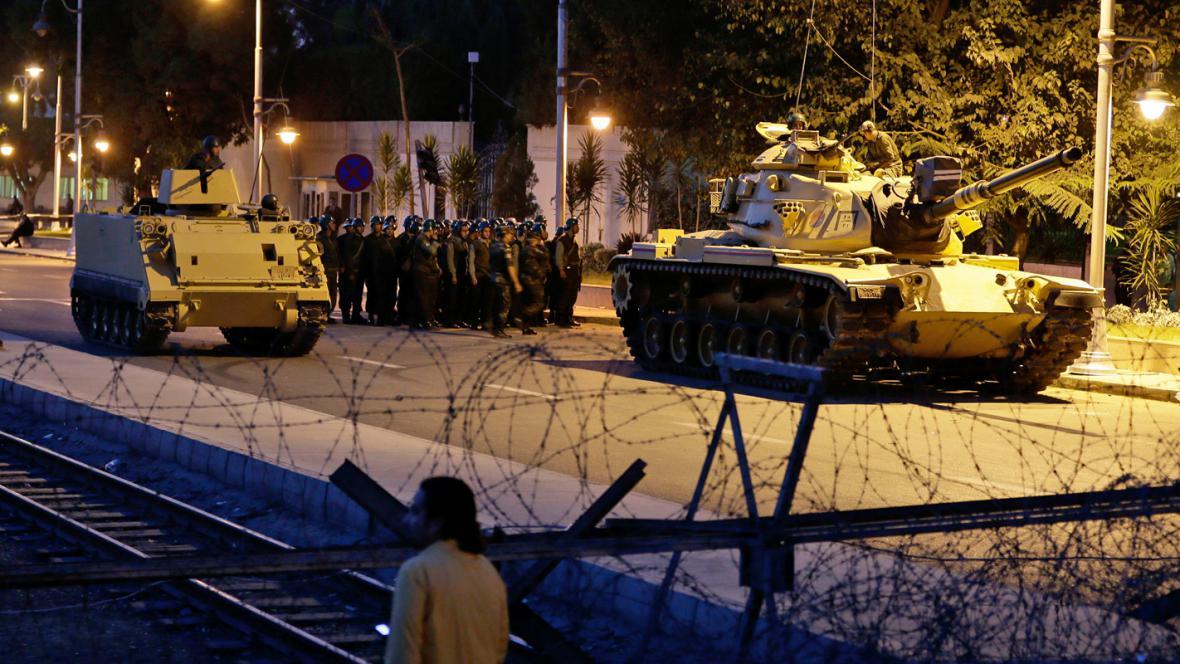 Egyptská armáda hlídá prezidentský palác