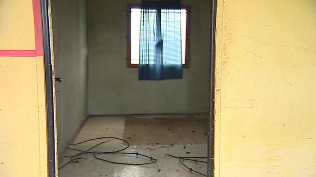 Přes rok žila trojice bezdomovců v této unimo buňce