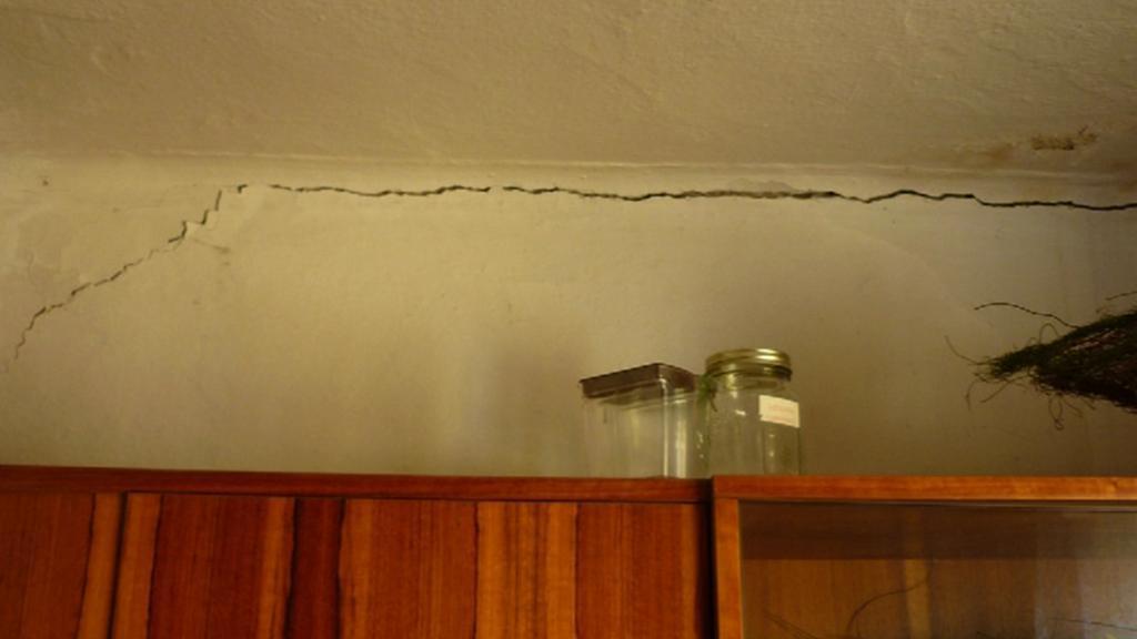 Popraskaná zeď