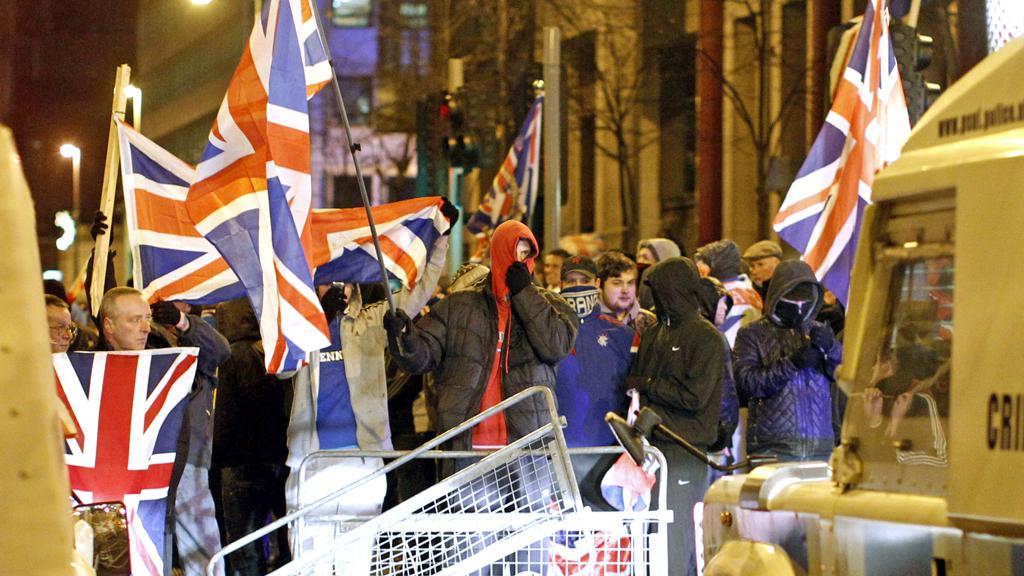 Unionisté demonstrují před radnicí v Bellfastu