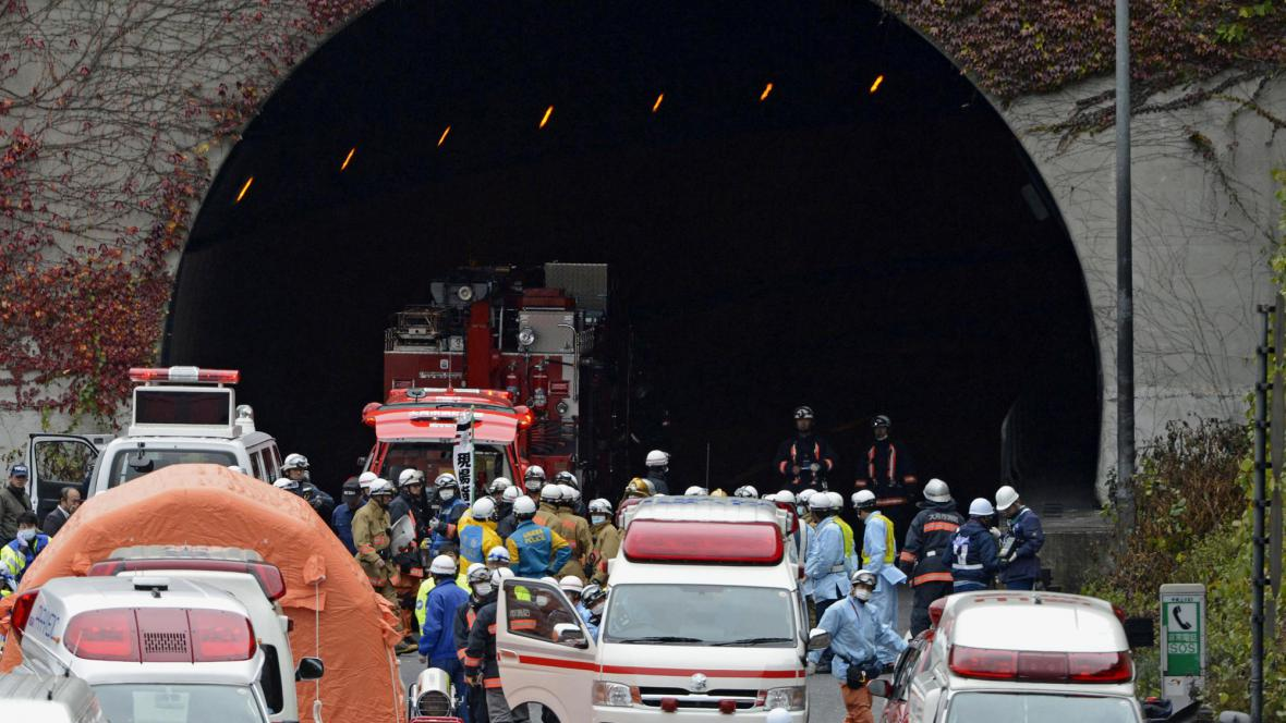 Záchranáři u tunelu Sasago