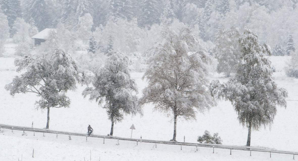Sníh a námraza komplikují život řidičům