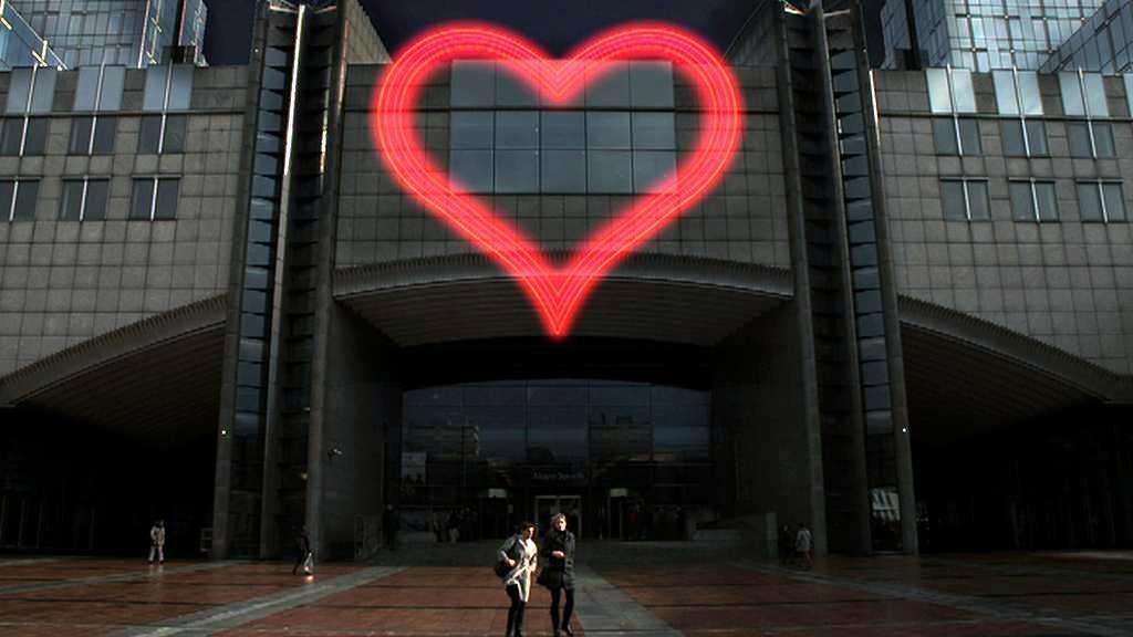 Neonové srdce na Evropském parlamentu
