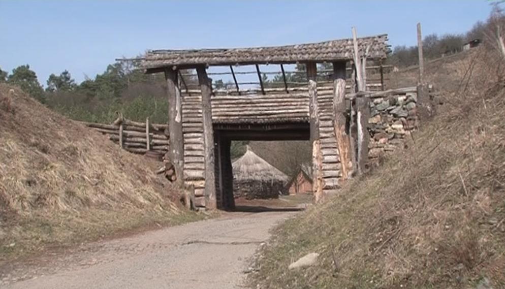 Téměř sedmimetrová brána vítá návštěvníky skanzenu Isarno
