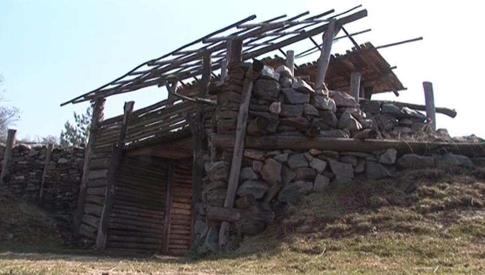 Jedna ze staveb keltského skanzenu Isarno