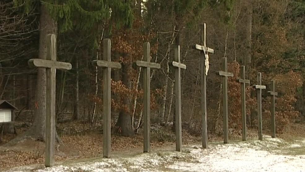 Devět křížů se tyčí u dálnice D1