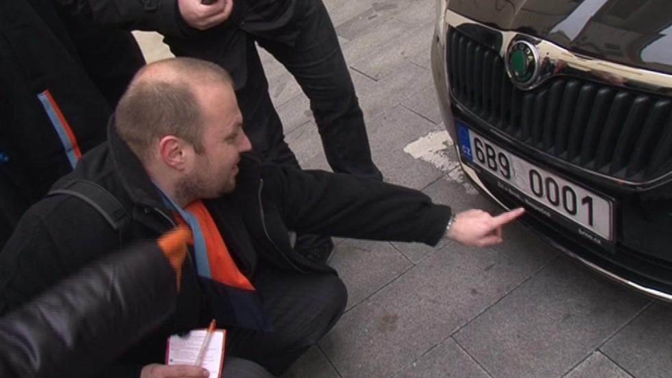 Zástupce Corrupt Tour pobavily SPZ aut primátora a náměstků