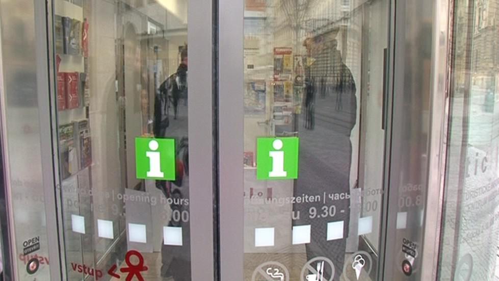Dveře do infostánku se dají otevřít hned dvěma tlačítky