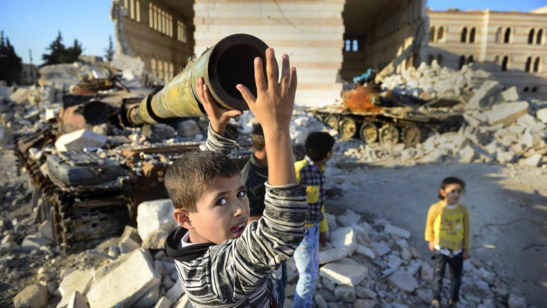 Děti si hrají v ruinách města