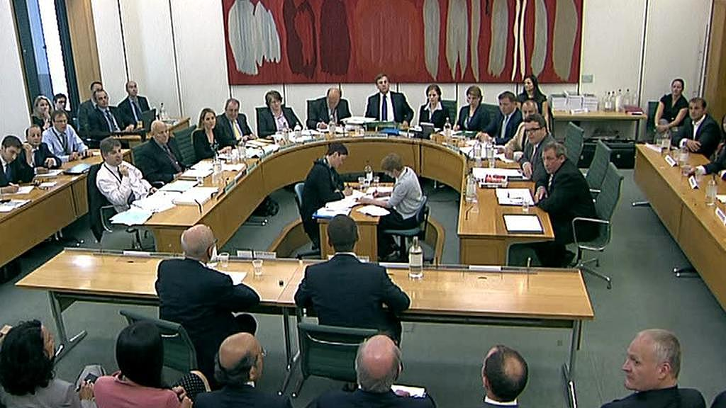 Slyšení kvůli odposlechům bulváru v britském parlamentu