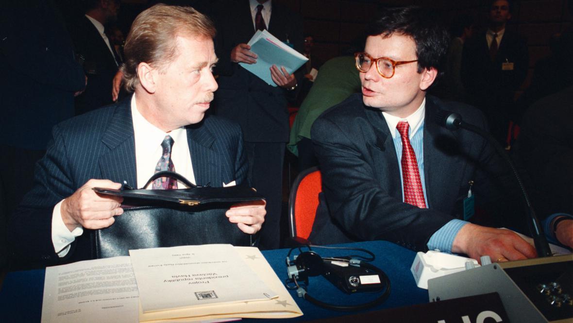 Alexandr Vondra na archivním snímku z roku 1993