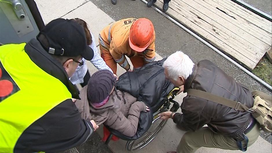 Vozíčkářům musí do vlaku pomoci zaměstnanci nebo ostatní cestující