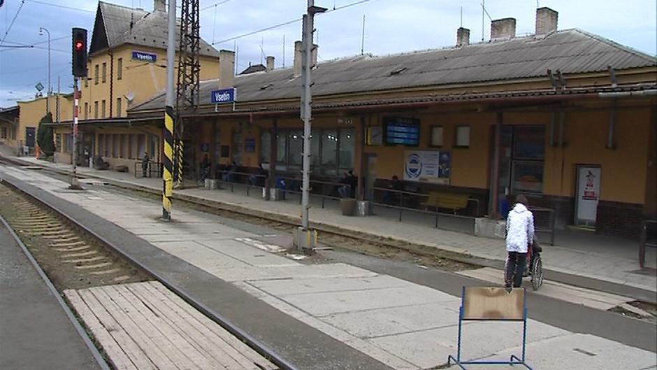 Stanice má nízké peróny, na přestavbu nejsou peníze