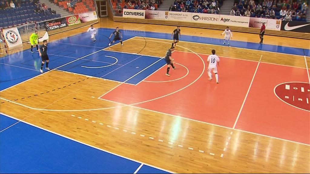 Do haly ve Vodově ulici přišlo na futsalové derby 800 diváků