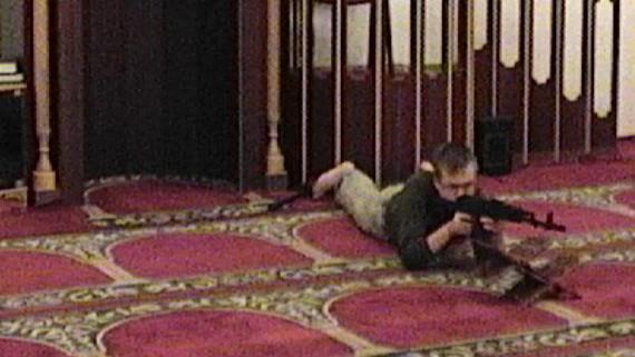 Snímky Lukáše Větrovce s airsoftovou zbraní v brněnské mešitě