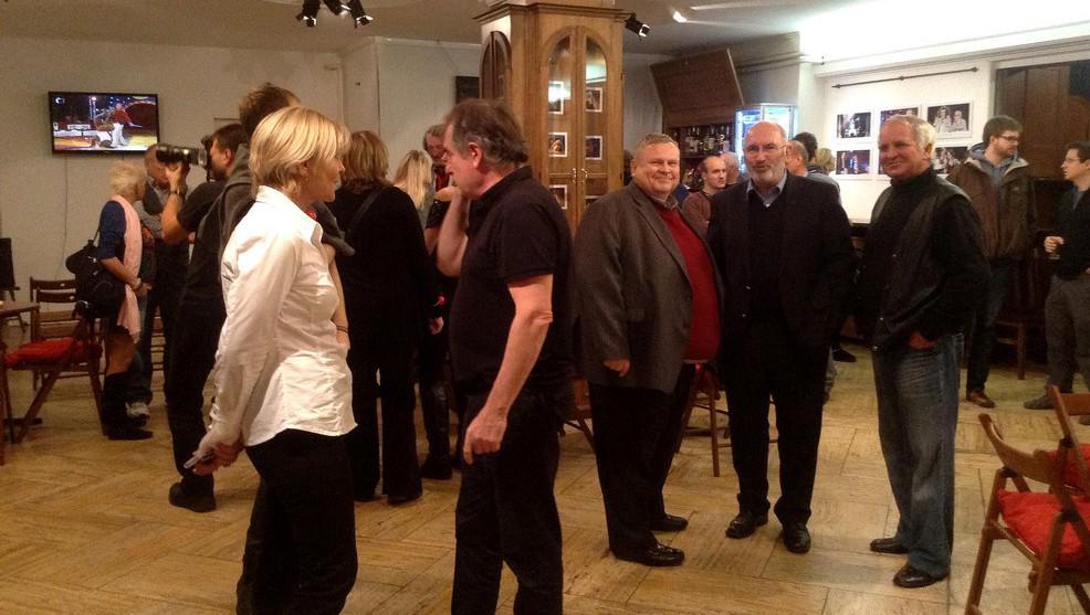 Vernisáž výstavy Kratochvilových fotek (uprostřed ředitel TS ČT Brno Karel Burian)