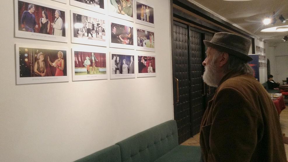 Herec Jiří Pecha na vernisáži výstavy Kratochvilových fotografií