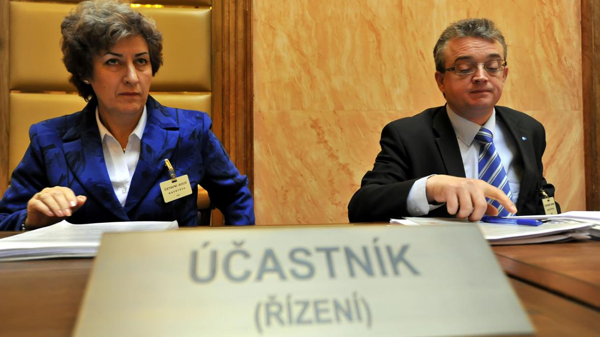 Alena Gajdušková (ČSSD) a Marek Benda (ODS) u Ústavního soudu