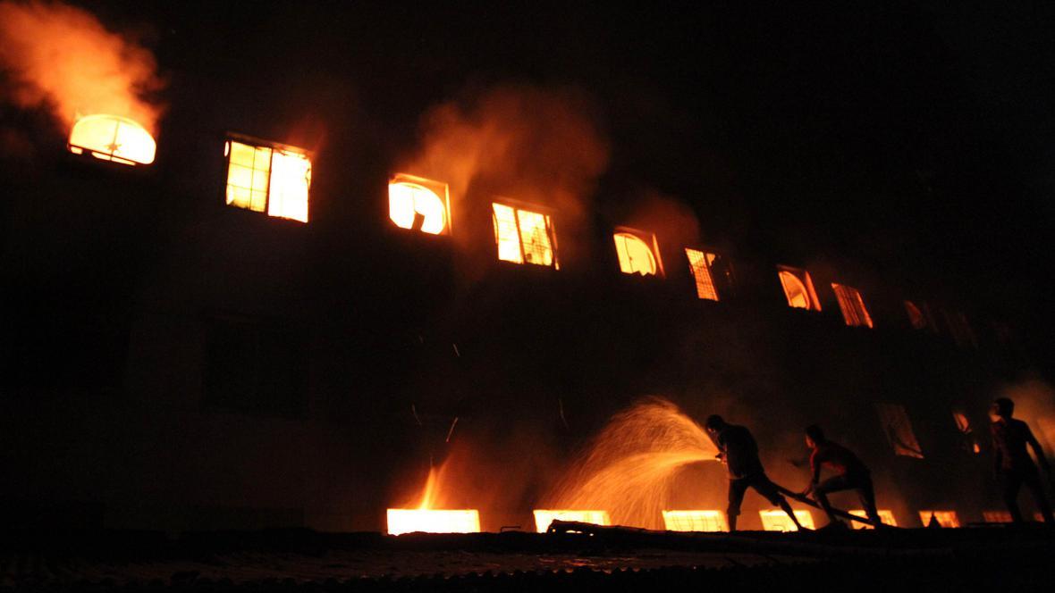 Požár v továrně v Bangladéši