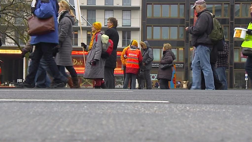 Lidé demonstrující proti leteckému hluku
