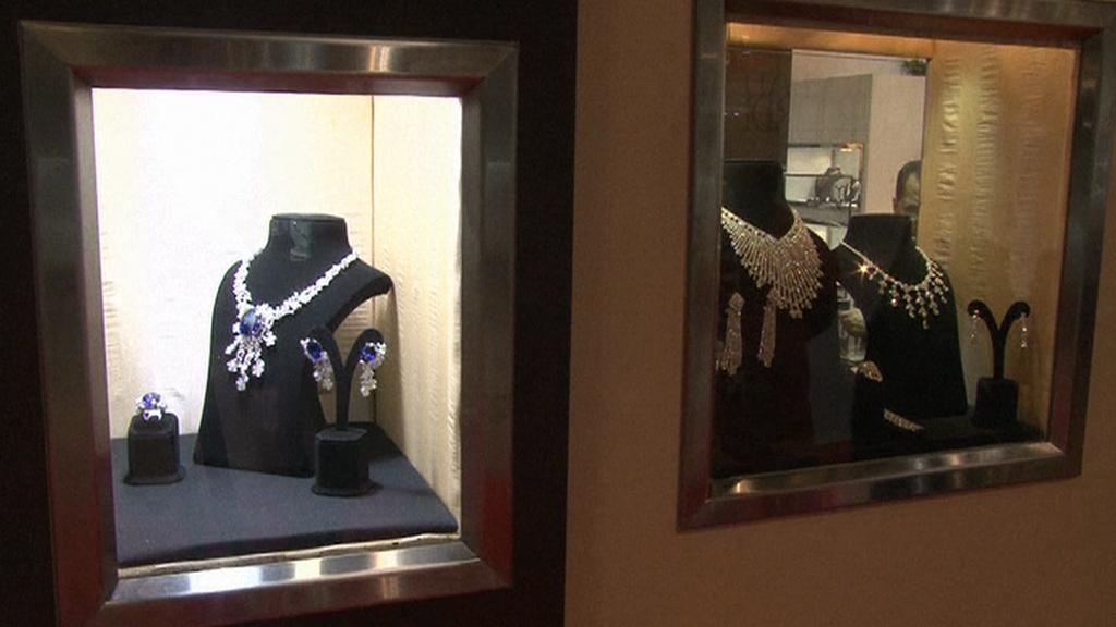 Náhrdelník s modrým diamantem a náušnice ze vzácného drahokamu