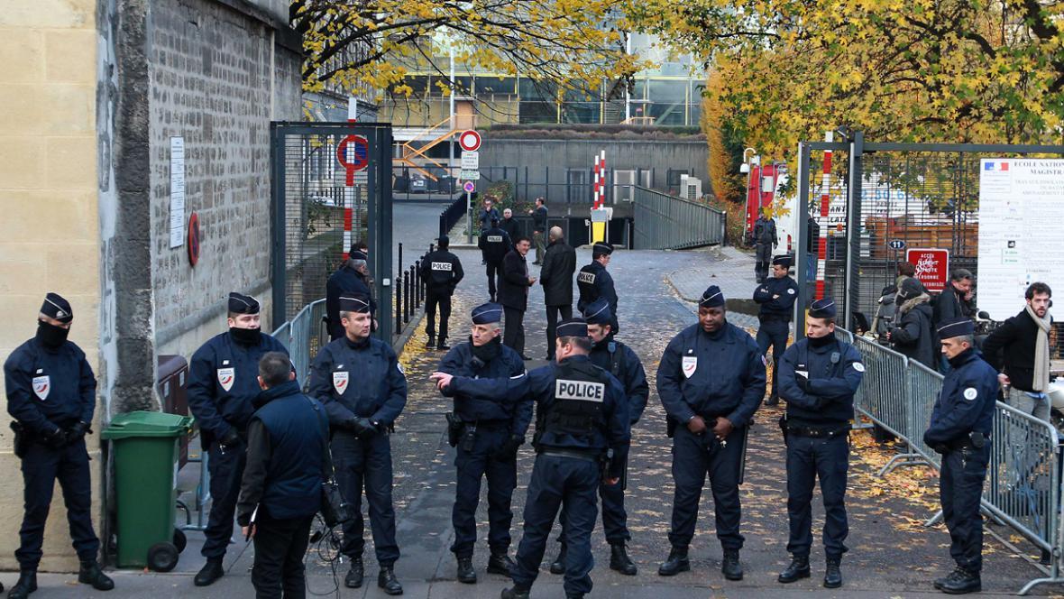 Francouzská policie před soudem v Bordeaux