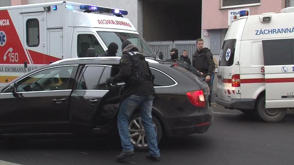 Policie odváží střelce z místa činu