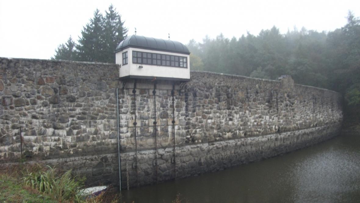 Hráz Jevišovické přehrady při vypouštění vody