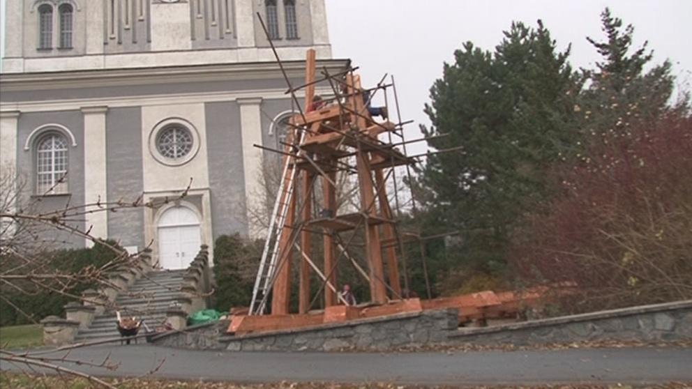 Věž roste hned vedle kostela