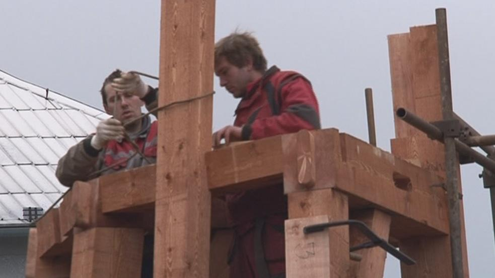 Tesaři montují novou věž