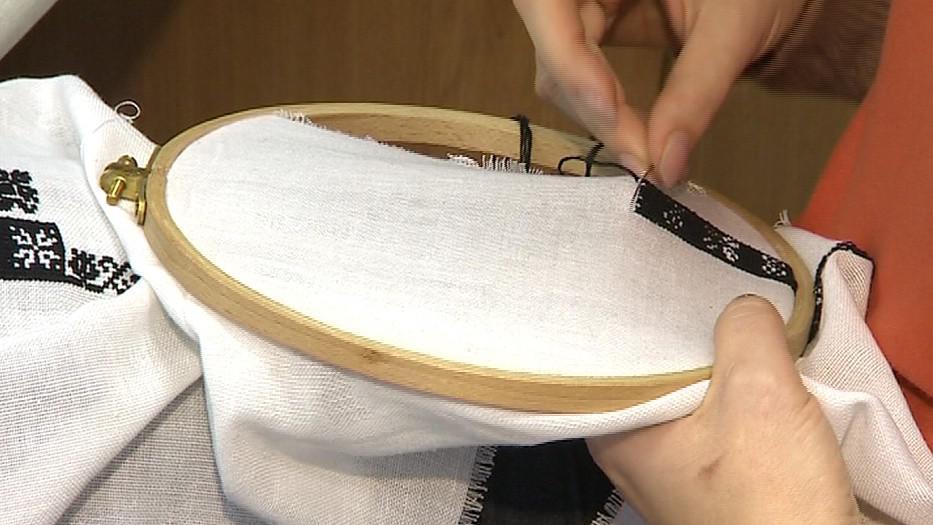 Na tradiční výrobě lidových krojů si krojová dílna zakládá