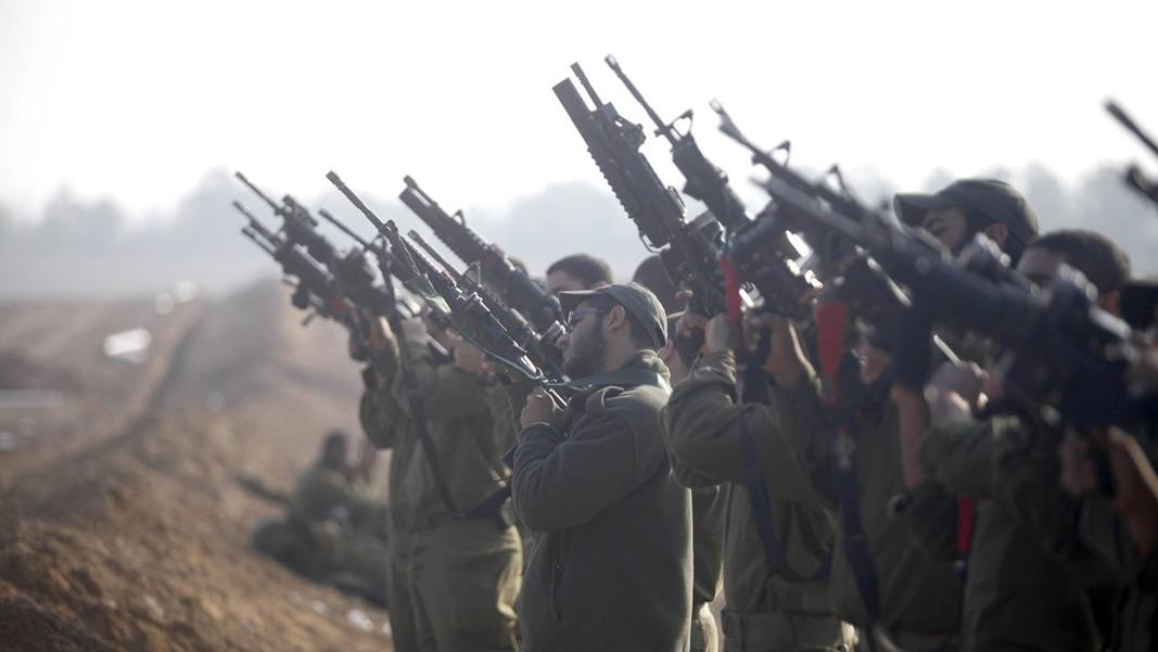 Izraelští vojáci si připravují zbraně