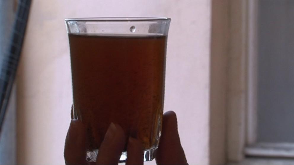 Voda z kohoutku je stále nepitná, místní si musí chodit pro vodu do cisteren