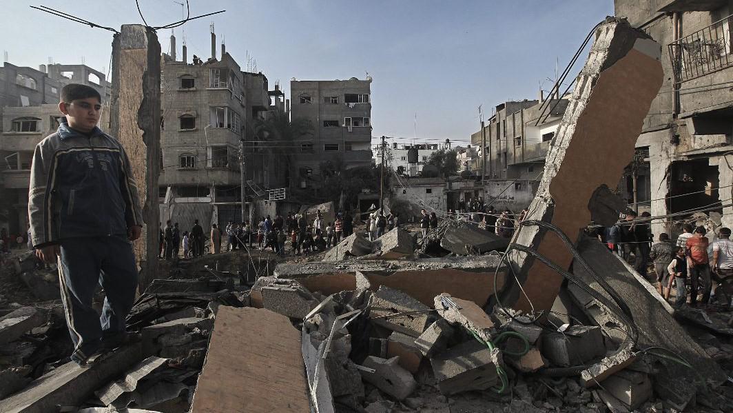 Palestinský chlapec stojí v troskách domu po izraelském náletu na jihu pásma Gazy