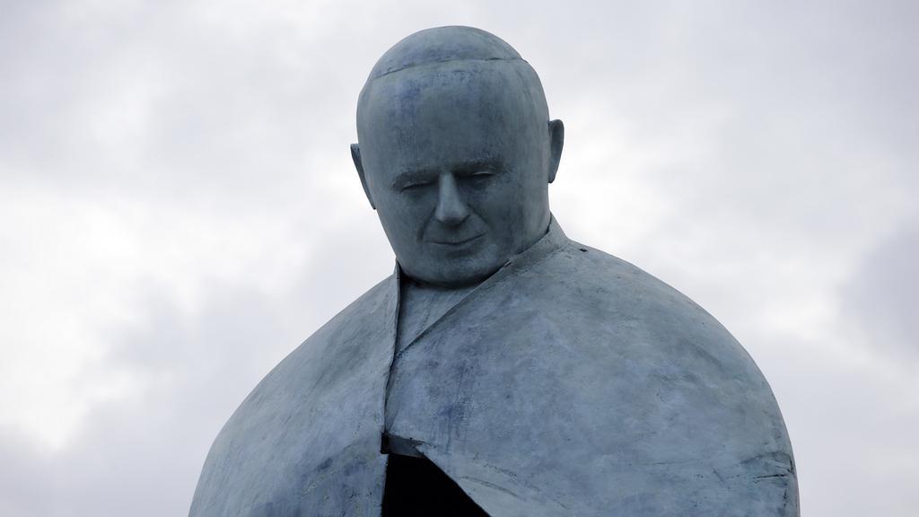 Poupravená socha Jana Pavla II.